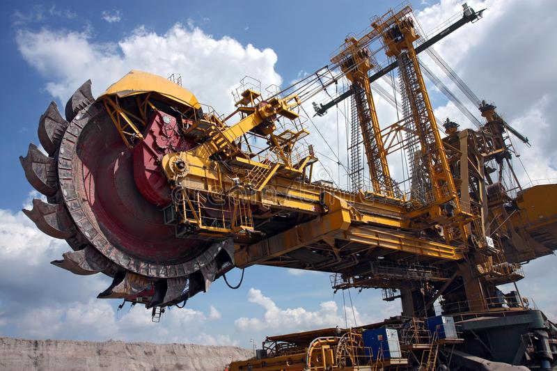 Управление на добива и преработката на минерални суровини и въглища
